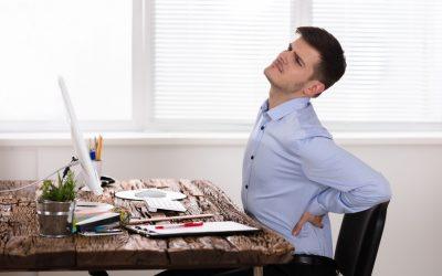 Een man met rugpijn